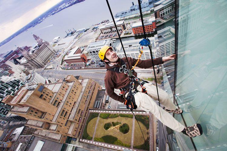 muncitor de la o firma alpinism utilitar urcat pe cladire